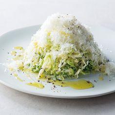 乳酸キャベツで「富士山ザワークラウト」 <材料> 乳酸キャベツ……150g(1個の約1/7) ペコリーノ・チーズ(なければパルミジャーノ・チーズ)……適量 オリーブオイル……小さじ1〜2 つぶしたコショウ……少々 <作り方> 器に乳酸キャベツを盛り、その上からチーズ削り器でチーズを削ってかけ(好みの量)、オリーブオイルを垂らし、つぶしたコショウを振る。 <効能> カルシウムが豊富なチーズは体に吸収されやすいのもポイント。植物性と動物性のダブル乳酸菌パワーで腸内環境を整える最強コンビ。アルコールの分解も促進します!