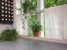 Fönster med gardin av gamla lakan