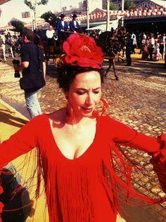 Feria de abril.traje rojo de flamenca