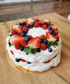 Pavlova Cake, Mini Pavlova, Pavlova Recipe, Sweet Desserts, Sweet Recipes, Delicious Desserts, Yummy Food, Cake Decorating Designs, Easy Cake Decorating