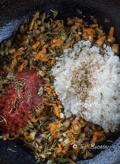 preparare sarmale de post cu ciuperci Paella, Goodies, Ethnic Recipes, Food, Mariana, Sweet Like Candy, Meals, Yemek, Eten