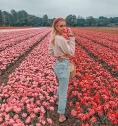 Shared by ✰. Find images and videos about girl, photography and flowers on We Heart It - the app to get lost in what you love. Foto Casual, Insta Photo Ideas, Shooting Photo, Cute Photos, Photo Poses, Belle Photo, Photography Poses, Spring Photography, Photography Magazine