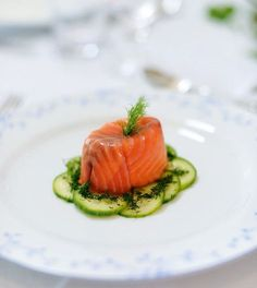 On Christmas Day, you want something special but easy to prepare – and this festive smoked salmon starter ticks both boxes. Salmon Terrine Recipes, Smoked Salmon Terrine, Smoked Salmon Recipes, Fish Recipes, Seafood Recipes, Appetizer Recipes, Cooking Recipes, Smoked Salmon Starter, Receta Bbq