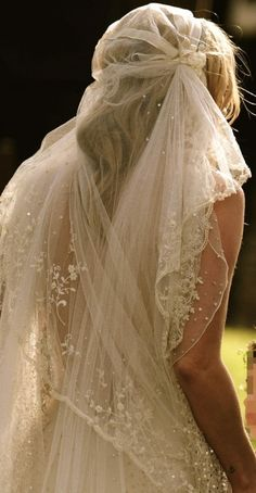 I love it. Nice for a boho bohemian or outdoor wedding. Modern twist on the 20s Bridal Veil. #Bride #Veil