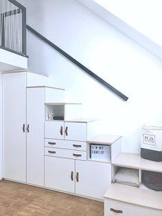 Diesen Stufenschrank hat unser Schreiner gleich 2x - für beide Jungenzimmer - als Aufgang zu den Schlafemporen angefertigt. Zusätzlich zu seiner Funktion als Treppe bietet der Schrank sehr viel Stauraum und zusätzliche Sitzfläche, wenn Besuch kommt :relaxed: