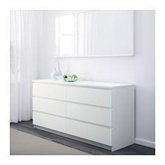 IKEA - MALM, Komoda, 6 szuflad, biały, , Twój dom powinien być oczywiście bezpieczny dla całej rodziny. Dlatego dołączone okucia zabezpieczające umożliwiające przymocowanie komody do ściany.Płynnie wysuwane szuflady z blokadąJeśli chcesz utrzymać w środku porządek, możesz wykorzystać zestaw 6 pudełek SKUBB.