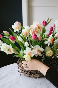 A Spring Nest Centerpiece for Mother's Day with tulips and daffodils DIY tutorial Easter Flower Arrangements, Floral Arrangements, Fresh Flowers, Spring Flowers, Orange Clair, Centerpieces, Centerpiece Flowers, Diy Mothers Day Gifts, Mothers Day Flowers