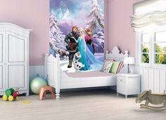 Met deze gigantische Frozen fotobehang kun je je kamer pas echt omtoveren in een winters wonderland. Het lijkt bijna alsof je werkelijk de wereld van Frozen inloopt.