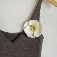 Fleur blanche en laine feutrée broche romantique brodée de pèrles