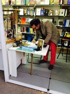 En la feria del Libro  de Madrid,  pillado in fraganti firmando ejemplares  de La Aventura de Diana .
