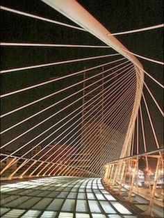 A glass-tiled footbridge in Bilbao, Spain, designed by Santiago Calatrava. Santiago Calatrava, Beautiful Architecture, Art And Architecture, Chinese Architecture, Suspension Bar, Menorca, Glass Brick, Reisen In Europa, Bridge Design