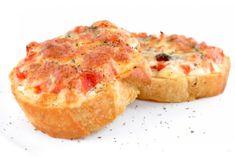 Pikantné pizza rožky(tvrdýsýr,paprika,salám,kys.smetana,cibule,bazalka)