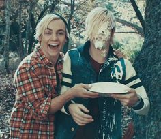 """""""Smile"""" music video R5 Ross and Riker Lynch"""