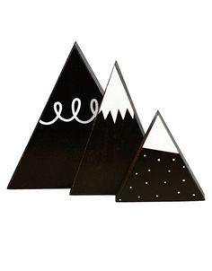 <p>Lot de 3 décorations en bois peint en forme de montagnes stylisées, design A little lovely compagny. A poser sur une étagère pour décorer ou jouer avec. On aime leur côté décoratif à compléter avec les nuages assortis.</p>