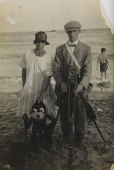 Film de filmación: fotografía Beach de un fotógrafo, mujer y Félix el Gato títere, c. 1920