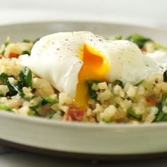 Paleo meals 477381629255085139 - Cauliflower rice breakfast stir fry is an easy and healthy low carb breakfast. This one pan meal is perfect for and paleo meal plans. This delicious and simple dish comes together in less than 30 minutes. Cheap Clean Eating, Clean Eating Snacks, Healthy Eating, Healthy Drinks, Healthy Snacks, Nutrition Drinks, Desayuno Paleo, Healthy Low Carb Breakfast, Paleo Meal Plan