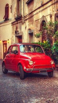 Fiat 500 przy kamienicy