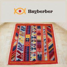 Offrez-vous un décor tout en couleurs avec ce Margoum rouge et jaune, c'est une Pièce unique, tissage ras entièrement à la main en laine de mouton. Vous pouvez commander le tapis Margoum sur ce lien : http://www.buyberber.com/tapis/62-bakhnoug-.html