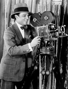 Rudolph Valentino with a Vintage Film Camera Old Hollywood Movies, Golden Age Of Hollywood, Hollywood Stars, Classic Hollywood, Rudolph Valentino, Silent Film Stars, Movie Stars, Toms, Horsemen Of The Apocalypse