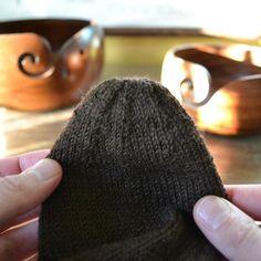Sukan kärki silmukoimalla - miten päättelet viimeiset silmukat neulall – Neulovilla Knitted Hats, Beanie, Knitting, Tricot, Breien, Stricken, Weaving, Beanies, Knits