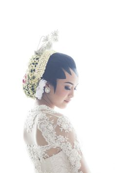 Indonesian traditional wedding dress | http://www.bridestory.com/fotologue-photo/projects/adjeng-burhan-the-wedding