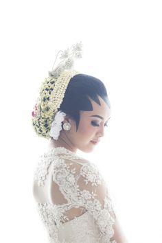 Indonesian traditional wedding dress   http://www.bridestory.com/fotologue-photo/projects/adjeng-burhan-the-wedding