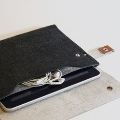 iPad Sleeve - I dislike pinning things where the original site doesn't have the image or you have to sign up or whatever. This is one of those pins. However, I love the image of this felt/leather case and if I ever take that leatherworking class I keep meaning to, I will definitely make one of these bad boys.
