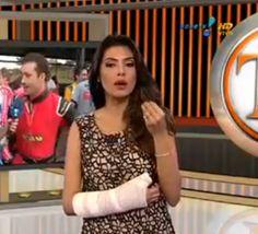 """Flávia Noronha apresenta o """"TV Fama"""" com braço engessado http://newsevoce.com.br/?p=5451"""