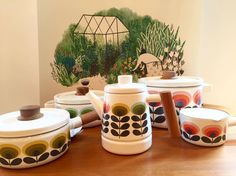 Aren't they so Chic and Retro? Enamel #orlakiely #pots New Collection 2016 available in our shop starting from 80,00€ https://www.goodshaus.com/ORLA-KIELY-Enamel-Sauce-Pan