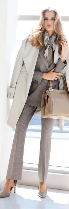 Monochromatic business outfit pairing neutral tones with assorted textures such as an artfully tied scarf, oversized light blazer, tailored pants, stilettos and a practical handbag. Business Fashion, Business Chic, Business Outfits, Business Attire, Office Outfits, Office Wear, Successful Business, Work Outfits, Fashion Mode