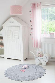 Niedliches Kinderzimmer im Landhausstil. Diesen wunderschönen Kleiderschrank finden Sie in unserem Angebot. #kinderzimmer #kindermöbel #landhausstil #kaufen #hängelampe