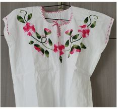 Blusa con bordado hecho a mano.