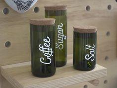Como fazer Pote com Garrafa de Vinho - Do Edu Wine Bottle Candles, Wine Bottle Art, Diy Bottle, Wine Bottles, Recycled Glass Bottles, Glass Bottle Crafts, Diy With Glass Bottles, Bottle Cutting, Bijoux Diy