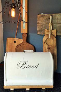 Broodtrommel gemaakt van een naaimachine kap. Snijplank van oud hout eronder gemaakt.