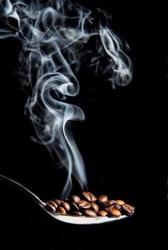 Grinding Coffee Beans Gives Chance to Have Fresh Coffee - CoffeeLoverGuide Coffee Cafe, Coffee Drinks, Coffee Shop, Starbucks Coffee, Decaf Coffee, I Love Coffee, Coffee Break, Café Chocolate, Chocolate Covered