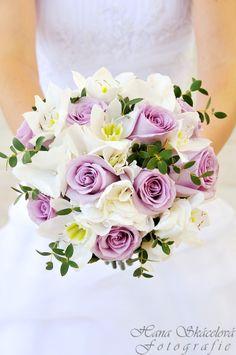 Svatební kytice kulatá uvázána z růží, eucharisu, hortensie a eucalyptu.