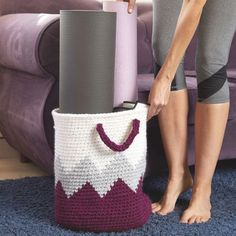 Geometric Basket Crochet Pattern You can store lots of stuff in this creative and durable Geometric Crochet Basket. This would be perfect for coming and going to yoga class. Crochet Purse Patterns, Crochet Basket Pattern, Handbag Patterns, Crochet Baskets, Crochet Basket Tutorial, Chevron Patterns, Afghan Patterns, Crochet Handbags, Crochet Purses