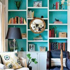 #DIY Dê um upgrade em sua estante, pintando o fundo com uma cor alegre. (Via: Good Homes)