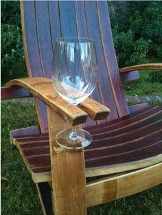 Chaise bien pratique avec un repose verre, histoire de ne pas se prendre les pieds dedans et de tout renverser...