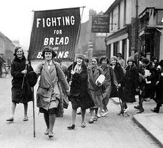 Donne e uomini provenienti da tutto il paese si riunirono in Hyde Park a Londra il Primo maggio 1930 per una grande manifestazione, che invocava pane e lavoro.