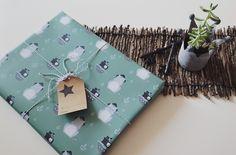 Geschenkpapier mit Piraten-Katze und Ankern als Motiv