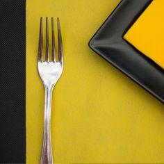 Combinación de #mantel de #novotex en color #negro #caminodemesa #amarillo y…
