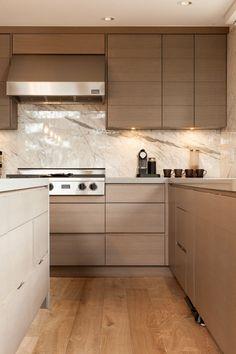 Modern mountainside chalet in Whistler focused on entertaining Chalet Design, House Design, Alpine Chalet, Modern Cabinets, Cabinet Styles, Farmhouse Kitchen Decor, Cuisines Design, Whistler, Modern Interior Design