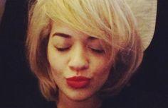 Rita Ora chega ao Brasil e internet tenta adivinhar o motivo da visita