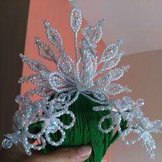 Y ésta pavita para entrega inmediata...pavo real con juego de flores hecho con perlas blancas y swarovski #brilloensutotalidad #tembleques #hechoconamor #delicadoybonito...si te interesa»»»inbox!!