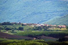MENAZA (Aguilar de Campoo).- Entre La Braña y La Lora, ubicado su caserío sobre un altozano, se halla esta localidad ya mencionada en el Becerro de las Behetrías como Menaza.    © Orígenes