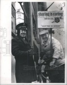 1989 Press Photo Larry Weintraub rings a Salvation Army bell at State & Randolph