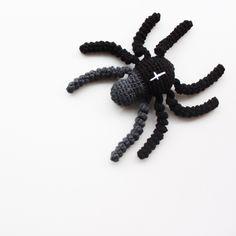 Ravelry: Edderkop // Spider pattern by Jeanette Bøgelund Bentzen Diy Crochet, Crochet Toys, Crochet Baby, Crochet Ideas, Halloween Crochet, Halloween Diy, Amigurumi Patterns, Crochet Patterns, Crochet Animals