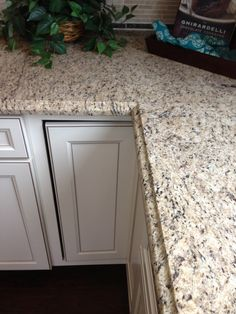 Hottest Free of Charge giallo ornamental Granite Countertops Popular Granite countertops will be lovely and provide a luxurious really feel for your home. Granite Kitchen, White Kitchen Cabinets, Kitchen Redo, Granite Countertops, New Kitchen, Kitchen Remodel, Kitchen Design, Cream Cabinets, Kitchen Ideas