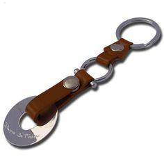 Porte-clés grand jeton En argent massif et en cuir, ce porte-clés est à personnaliser en ligne avec le texte de votre choix. Un cadeau utile et plein d'émotions.